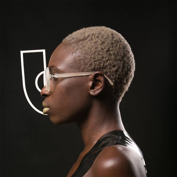 Biz Eyes is a series of quirky 3D-printed glasses designed by Nasim Sehat in her workshop in Shangaï. These custom detachable spectacles can be replaced by turning them 25 degrees and screwing another pair on for more eccentric looks. To discover.