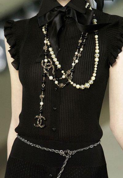 Черное платье и аксессуары