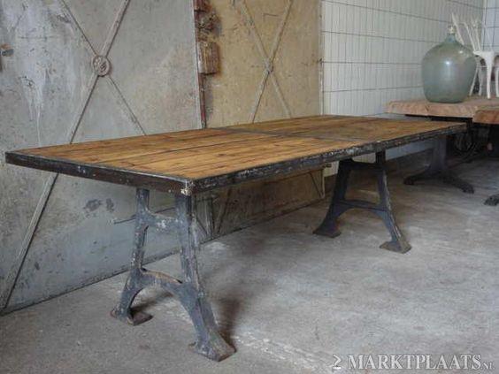 Industri u00eble eettafel   Tafel met gietijzeren onderstel, oud houten blad met ijzeren omlijsting