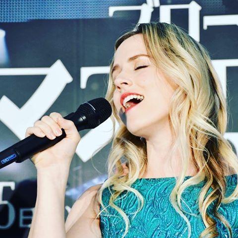 ナタリー・エモンズの歌手の顔