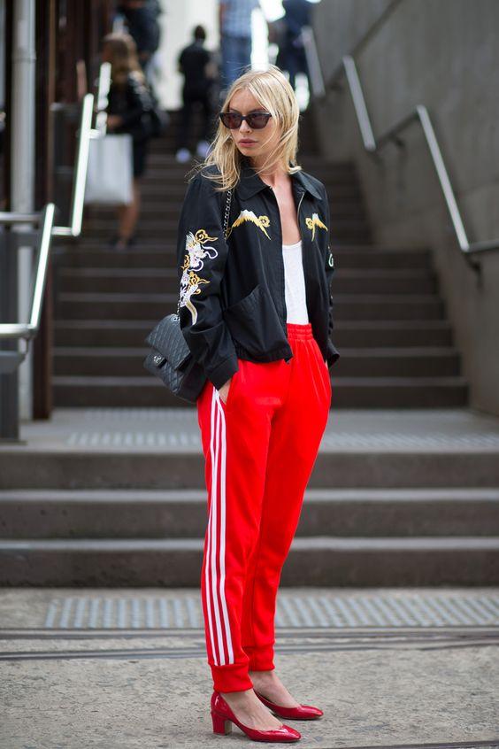 track pants adidas, scarpin vermelho, jaqueta bomber bordada, bolsa a tiracolo, chanel, inverno, look, winter outfit, street style