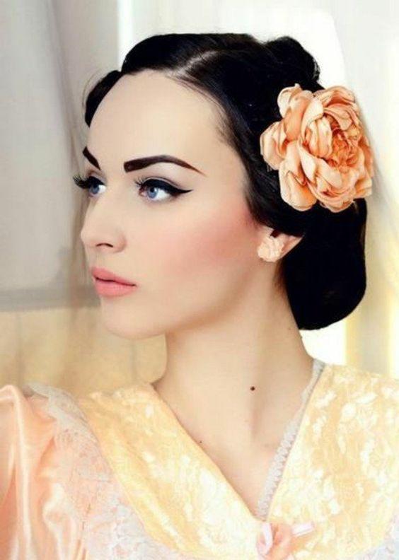 Idée de maquillage yeux bleus, peau blanche, cheveux noirs
