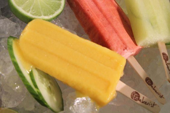 Rezept und bebilderte Anleitung für einfache Eis am Stiel Popsicles mit Mango und Kokos. Vegan, keine Farb und Konservierungsstoffe.