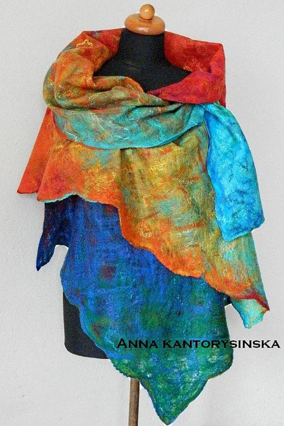 Gefilzte Schal NEW RAINBOW. Hast du jemals einen Regenbogen über dem Meer gesehen? Haben Sie jemals in einem Regen geküsst? Dieser Schal ist Spinnennetz mit intensiven Farben: Smaragdgrün, Türkis, Aquamarin, gelb, Orange, rot, blau und dunkelblau. Alle Farben tanzen miteinander. Es ist von hoher Qualität australischer Merinowolle gefertigt und schmückt sich mit Seidenfasern.  L 195 cm x W 64 cm (76,8 in x 25 2) über  Dieser handgemachte Schal ist ein Eco-Mode-Produkt. Es bedeutet, dass es…