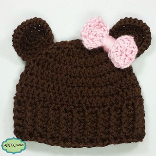 Free pattern for a simple and sweet little bear hat.