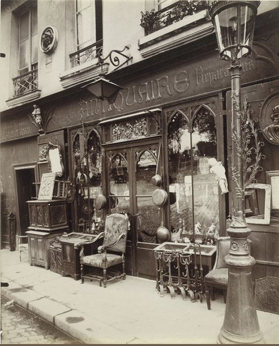 Antiquaire au n° 69 du quai de la Tournelle, en 1912. Une photo d'Eugène Atget  (Paris 5ème)