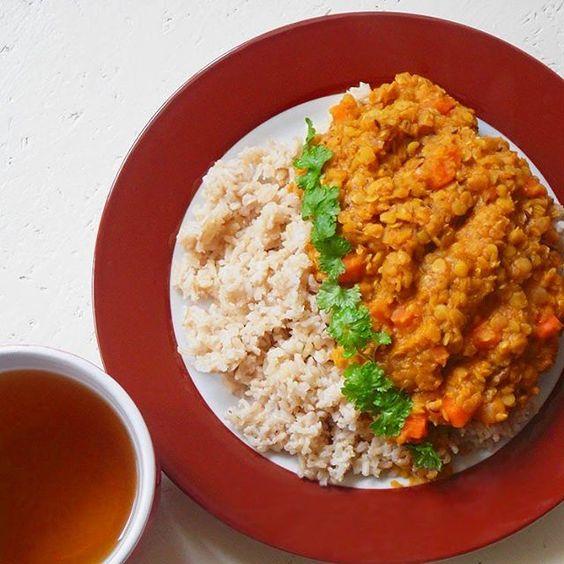 rote Linsen treffen auf indische Gewürze: ein Hoch auf Kohlenhydrate und Proteine.  #spicy #lunchtime #vegan #indian #spices #redlentils #basmati #rice #delicious #lentils #lunch #peppermint #teatime #nomeat #eat #healthy #plantbased #cooking #homemade #veganfood #loveit #foodie #yummy #nomnom