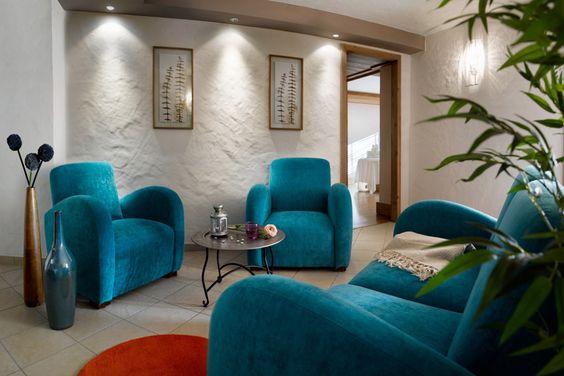 Décoration cocooning. Fauteuil bleu turquoise. Salle de détente d'un spa à la montagne.