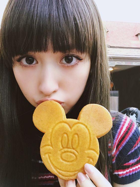 ミッキーのお菓子を食べる鈴木えみ