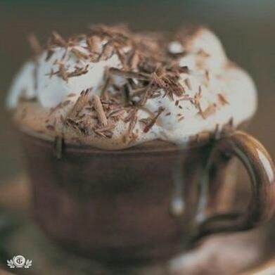 ИСТОРИЯ КАПУЧИНО Родина капучино — Италия. Его рецепт придумали монахи-капуцины одного из монастырей севернее Рима.  Монахи любили пить кофе с молоком и при этом часто замечали, что при добавлении молока получается пышная пена. Чтобы получить ее специально, стали взбивать кофе с молоком: пены было немного, и она была неустойчивая.  Добавляли в кофе взбитые сливки, но результата это тоже не дало. Тогда монахи попробовали нагревать взбитые сливки на пару, а затем стали взбивать их…