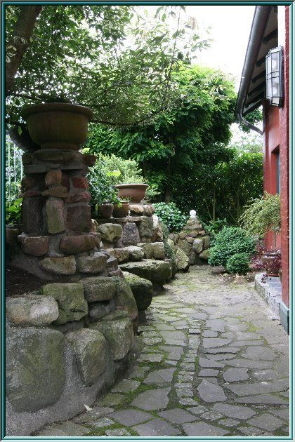 gemauerte Natursteine, Natursteinsäulen, Steingutschalen, Skulpturen aus Naturstein, Säulengang, Pflanzgefäße, Parklandschaft, Gartenkunst