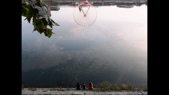 """Richard Faul: """"Reflexionando sobre el final del verano, en el río Garonne, Toulouse, Francia""""."""