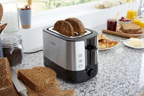 Les meilleurs grille-pain ! Si vous êtes adepte des toasts, c'est un grille pain qu'il vous faut ! Pour le petit-déjeuner ou l'apéro, soyez créatif et trouvez votre recette : toast à l'avocat, toast au saumon ou au chèvre. Choisissez un toaster de qualité ! Dans notre sélection, retrouvez notamment le Philips HD2637/90.