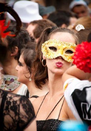 Concluímos que se você quiser entrar na tendência deste ano vai ter que apostar em personagens políticos! - Veja mais em: http://www.vilamulher.com.br/moda/estilo-e-tendencias/qual-mascara-devo-usar-no-carnaval-conheca-as-principais-tendencias-14-1-32-2863.html?pinterest-destaque
