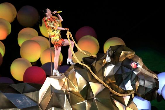 """Katy Perry's Performance Amazed Super Bowl! The American singer Katy Perry set on fire for 12 minutes the anticipated show of Super Bowl, playing """"Roar"""", """"Teenage Dream"""", """"Firework"""" and other great hits, with help from Lenny Kravitz and Missy Elliott."""