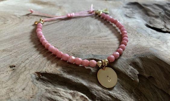 Namensarmbänder - Perlen Armband rosa mit Plättchen gold - ein Designerstück von saniLou bei DaWanda