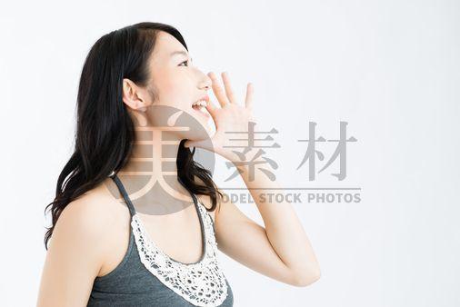 呼びかけをする女性モデル