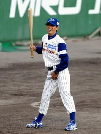 野球のユニフォームを着てバットを持つ明石家さんまの画像・壁紙