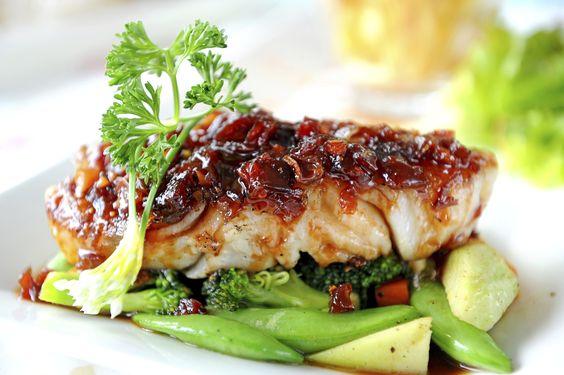 Este pescado al horno queda realmente delicioso las verduras que lo acompañan hacen la combinación perfecta para un platillo exquisito.