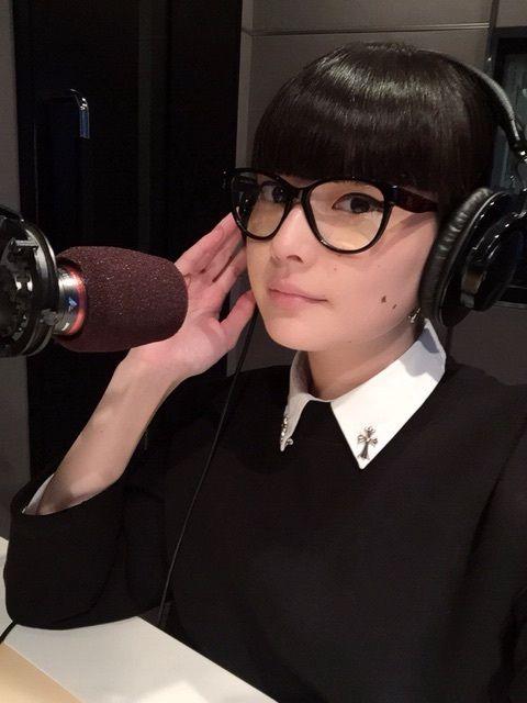 ラジオをしている秋元梢