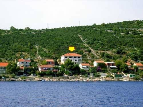 Apartments Val offer #favorablepricesaccommodation in #apartments with the most beautiful view of the sea in the region, located only 20 meters from the beach of #Vinisce , #Croatia Idyllic location of the #accommodation, peace and tranquility, make it ideal for a #romanticholiday for two, #Viniscefamilyvacation or #Croatiasummerholidays for a group of friends.  For more info about #Vinisceapartmentsoffer and #offer of #VinisceVacationrentals and #apartmentsinCroatia visit…