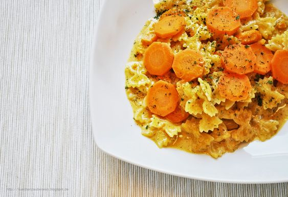 Küchenzaubereien: Schnelle Nudeln in scharfer Karotten-Curry-Soße