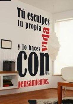 Si tienen habilidades para las manualidades y algo de tiempo y paciencia, pueden pintar una oración o frase positiva en las paredes