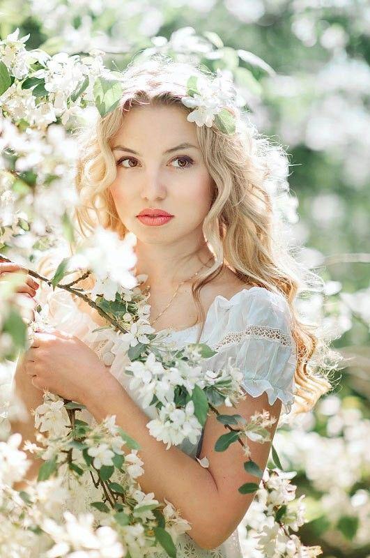 Resultado de imagen para niñas en campos de flores