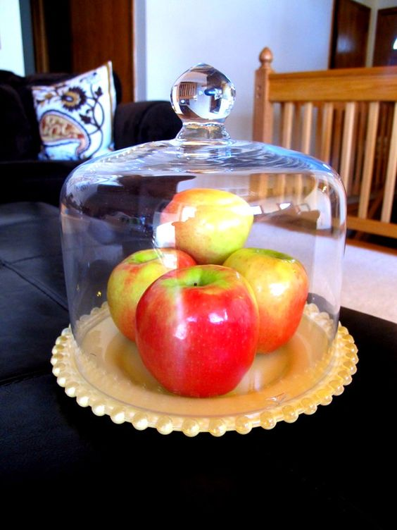 apples in cake stand