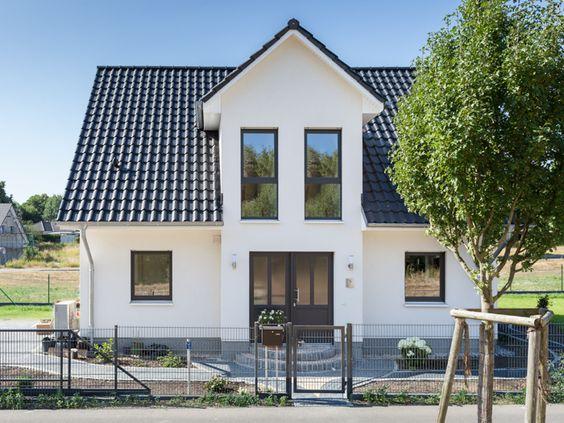fehér színű családi ház