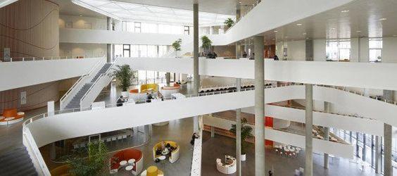 El diseño de Henning Larsen Architects para la comunicación y el diseño del edificio Syddansk Universitet en Kolding, Dinamarca, cuenta con una fachada cinética receptiva al clima que regula la temperatura interior.