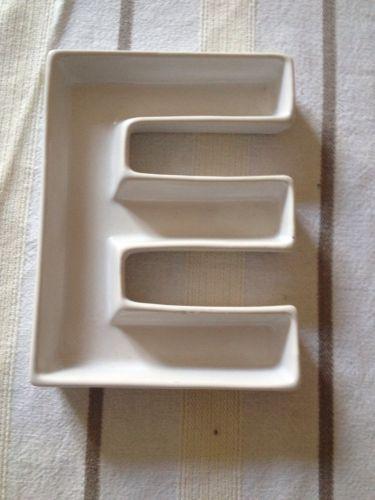 Lettre-E-vide-poche-en-faience-ceramique-blanche