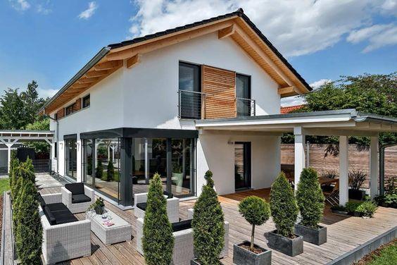 fehér színű családi ház fa elemekkel