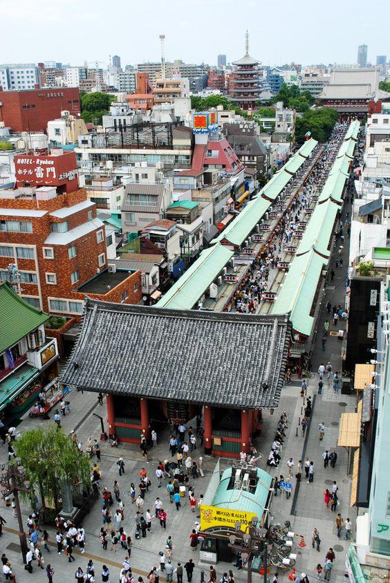 Puerta de los truenos o Kaminarimon, Tokio, Japón