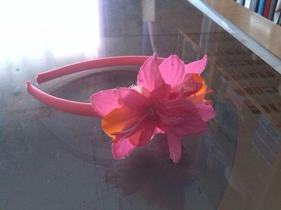Diadema flor tonos rosas y naranjas.