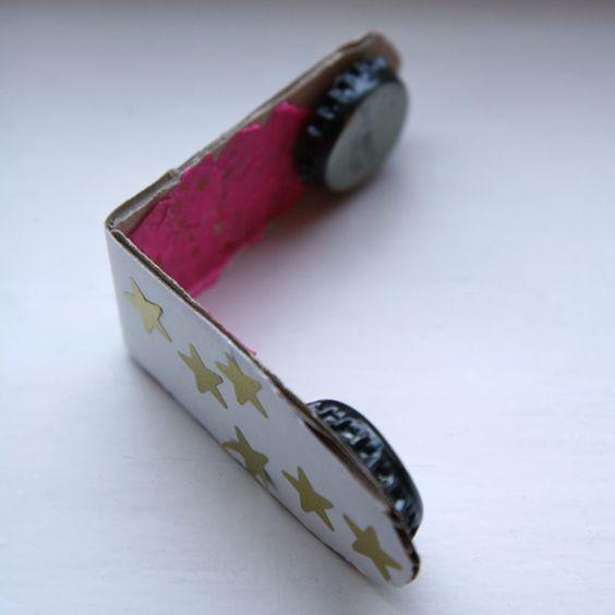 castagnettes : un bout de carton, deux capsules de bouteilles et le tour est joué ! Instructions Couper une bande dans un morceau de carton, légèrement plus large que les capsules et de 16 à 17 cm de long Arrondissez les extrémités et pliez la bande en deux. Pour coller les capsules, mettez de la colle liquide au fond, bourrer de papier et collez ce papier aux extrémités. Il ne reste plus qu'à décorer.