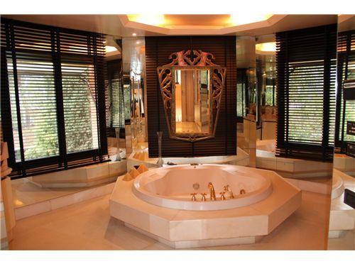 Jacuzzi de #lujo en el baño de esta mansión. Alicatados bañados en #oro.  Chalet - Venta - Pozuelo de Alarcón, Madrid
