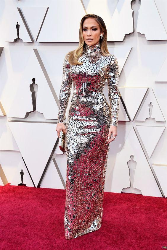 48844f9534d0 Chi se non Jennifer Lopez poteva indossare un abito specchio  Fasciata in  argento vivo come una dea della guerra sul tappeto rosso