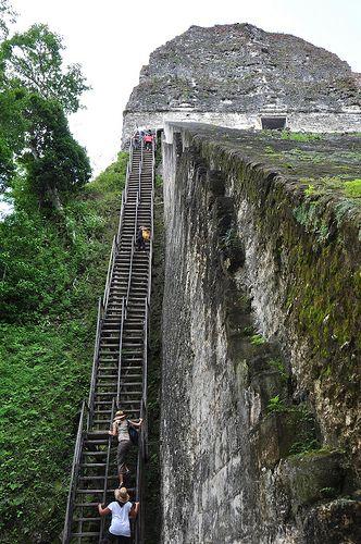 Escadas do Templo de Tikal são muito verticais. Departamento de El Petén, Guatemala.