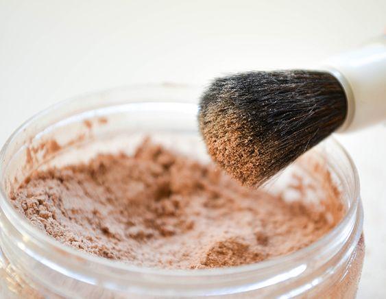 Poudre libre ... Commencez par mettre l'arrow root dans un saladier. Incorporez le cacao petit à petit, en fonction de la couleur de votre peau, et mélangez. Ajoutez l'argile rouge petit à petit, en fonction de la couleur de votre peau, et mélangez. N'en utilisez pas si vous avez tendance à rougir car elle va accentuer les rougeurs. Ajoutez le gingembre et la cannelle moulus puis mélangez. Ajoutez l'huile essentielle de tea tree ou celle de votre choix, puis mélangez.