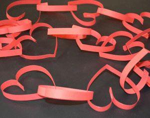 Herzgirlande aus papierstreifen basteln kiga allgemein pinterest basteln - Basteln mit papierstreifen ...