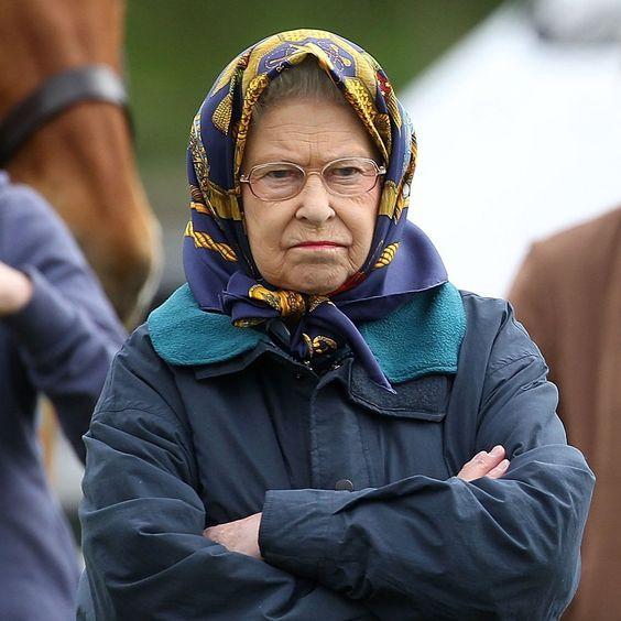 Развлекательный пост:Зелёные шляпки на королевской головке.