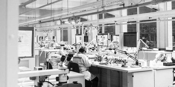 PRODUKTION: Nachdem alle Komponenten die Qualitätskontrollen passiert haben, wird aus vielen Einzelteilen eine Junghans Uhr. Eigens zugeschnittene Prozessabläufe und maßgeschneiderte Vorrichtungen ermöglichen eine effiziente und hochpräzise Montage jeder Uhr.