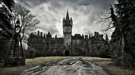 Castelo abandonado na Bélgica