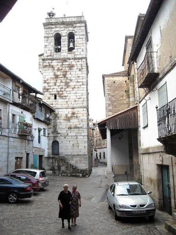 La Iglesia de Nuestra Señoras de las Nieves, junto a la plaza mayor, con su tremenda torre, uno de los lugares distintivos de este bello pueblo serrano.