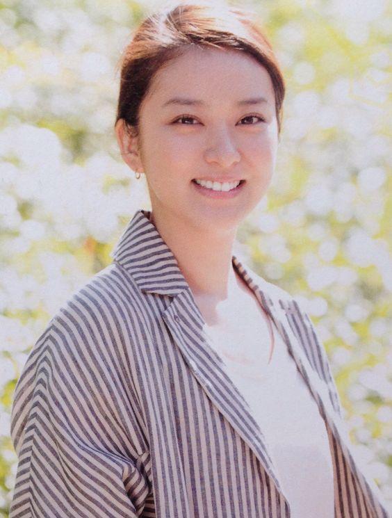 髪をまとめてピシッと服を着こなす武井咲