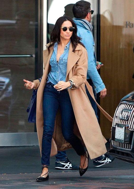 Meghan Markle - camisa-jeans-calca-trench-coat - all denim - meia estação - street style   O look all jeans é uma ótima opção para os momentos de preguiça fashion. O resultado é certeiro!
