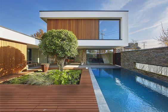Moderne tuin met strakke contouren, warme materialen en veel details.
