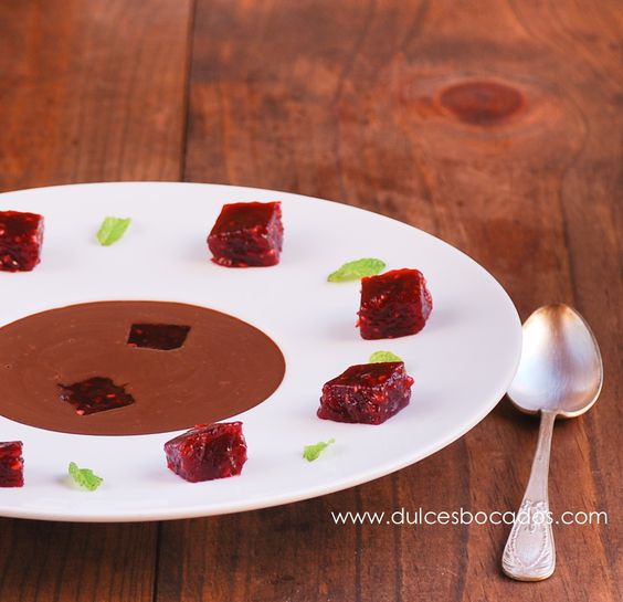 Sopa de chocolate con gelatina de frambuesa -- Chocolate soup with raspberry jelly