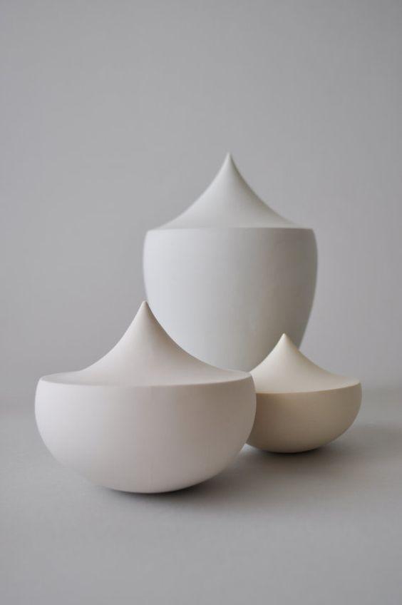 Zeitgenössische Keramik Skulptur-Trio in Pastellfarben / Matte Schiff Porzellan…